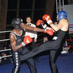 deux hommes boxent