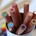 crayons de couleur dans un pot
