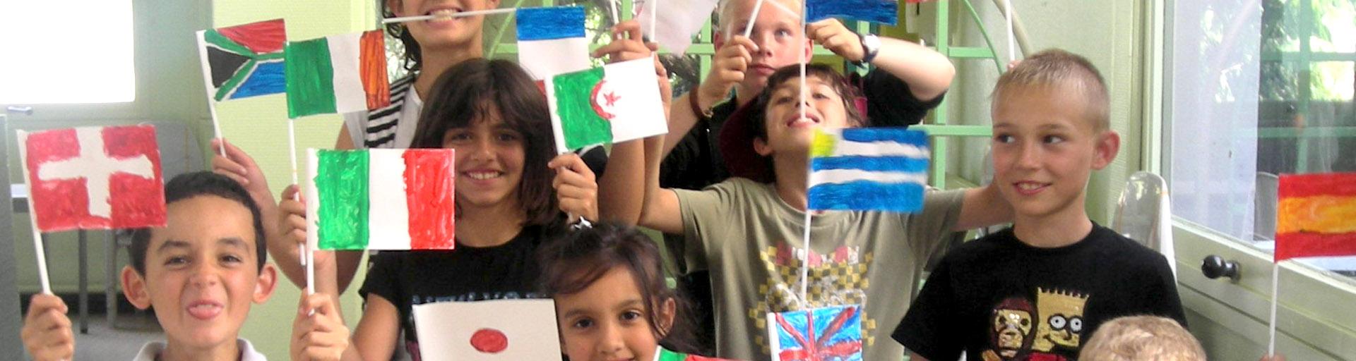 graoupe d'enfant qui agitent des drapeaux