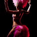 danseuse de cabaret en plume rose