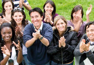 groupe de jeunes souriants