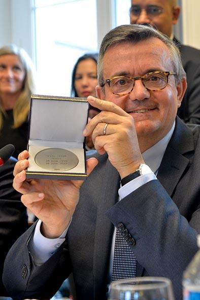 Yves Jégo reçoit la médaille de la Ville